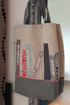 Ca manquait . Patchwork Bags, Quilted Bag, Diy Sac, Diy Bags Purses, Diy Tote Bag, Couture Sewing, Book Quilt, Denim Bag, Kids Bags