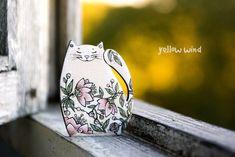 """Наташа - очень позитивный мастер из Воронежа. Придумывает и расписывает деревянные броши. Ее милых овец, ежиков и котов можно рассматривать бесконечно :) Наверное, все дело в деталях и в большой любви к своему делу. Отдельное """"Спасибо"""" за прекрасные фотографии. Многие ждут открыток с…"""