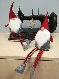 Tutorial -Skrzat świąteczny – krok po kroku – Złoty Naparstek – Kursy Szycia Christmas Gnome, Christmas Candles, Christmas Crafts, Christmas Decorations, Gnome Tutorial, Kobold, Sewing Courses, Natural Christmas, Snowman Crafts