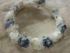 Corona con flores grandes en gris y marfil
