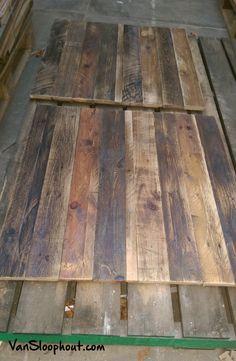 Vierkante tafelbladen van sloophout. Ideaal voor een kleine woonkamer/eetkamer of voor in de horeca #vierkant #tafelblad #sloophout #horecatafel