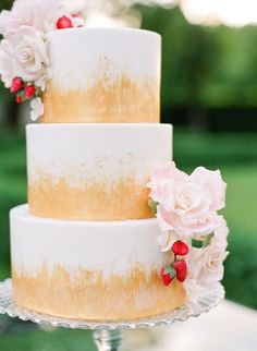 Gold brush painted wedding cake: http://www.stylemepretty.com/2016/07/18/an-italian-wedding-thats-not-afraid-of-color/ | Photography: Sophie Epton Photography - http://www.sophieepton.com/