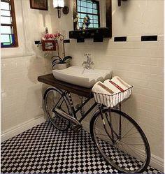 Μοντέρνο μπάνιο με ασπρο μαύρο πλακάκι αλλά και μοναδικό νιπτήρα