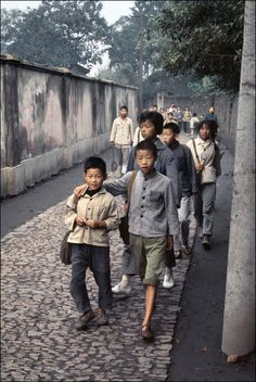 By Bruno Barbey - Shanghai 1973 Religions Du Monde, Cultures Du Monde, Color Photography, Street Photography, Dalai Lama, Shanghai, Old Photos, Vintage Photos, French Photographers