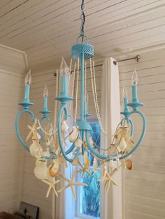 to Decorate your Chandelier Beach Style DIY Beach Chandelier Ideas. Summerize your chandelier with beach finds! Summerize your chandelier with beach finds! Seaside Decor, Beach Cottage Decor, Coastal Decor, Coastal Lighting, Coastal Cottage, Coastal Entryway, Coastal Rugs, Coastal Furniture, Coastal Farmhouse