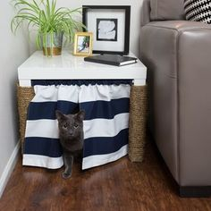 サイドテーブルの下の空間をうまく利用。普通そこにあって不思議じゃないものを使うというのは、「目立たない」という点でイイですね。
