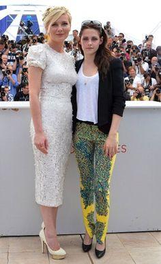 Kristen Stewart fa impazzire i fotografi di Cannes con i suoi pantaloni gialli Balenciaga