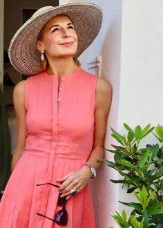Die Bloggerin Bibi Horst stylt Leinen in vielen Variationen. | Stilexperte für Styling und Anti-Aging 45+ Navy Socks, Jugend Mode Outfits, Modern Outfits, Fashion Over 50, Old Women, Fashion Outfits, Womens Fashion, Horst, Wrap Dress