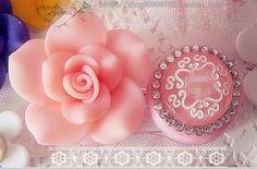 Image from http://i01.i.aliimg.com/wsphoto/v2/1139994347_1/Princess-Sweet-Lolita-accessory-Pink-contact-lenses-case-mate-box-Anna-flower-crystal-bling-original-handmade.jpg_350x350.jpg.