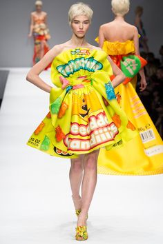 Moschino by Jeremy Scott Fall/Winter 2014 Collection News Fashion, Pop Art Fashion, Quirky Fashion, Fashion Week, Look Fashion, High Fashion, Fashion Show, Fashion Design, Milan Fashion