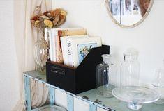 ダイソーの「紙箱」を使って、収納力抜群のおしゃれな「引き出しボックス」をつくってみましょう。DIYのポイントと… Floating Nightstand, Table, Furniture, Home Decor, Floating Headboard, Decoration Home, Room Decor, Tables, Home Furnishings