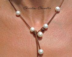 Artículos similares a Coin Pearl and Leather Necklace Rhiannon en Etsy
