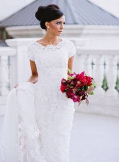 It's spring and short sleeved wedding gowns are in the spotlight as ideal for spring and summer affairs. I've rounded up the most gorgeous ones for you to see that you can really find any model in any style. Short and long...