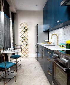Cocina azul y oro ESAS SILLAS!!!