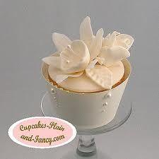 white daffodill flower cupcakes
