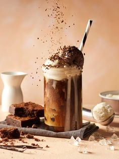 attempt to investigate our increasingly rich world later than delicious and nutritious cuisine. Treats for those with a sweet tooth by Karen Gilbert Coffee Photography, Food Photography Styling, Food Styling, Life Photography, Milk Shakes, Kitkat Shake, Photo Food, Drink Photo, Coffee Recipes