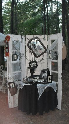 LoVe this Halloween display! juNxtaposition: country living fair south Great inspiration for those of us who do Halloween crafts in the fall! Halloween Backdrop, Halloween Displays, Theme Halloween, Halloween Table, Halloween Photos, Outdoor Halloween, Diy Halloween Decorations, Holidays Halloween, Halloween Crafts