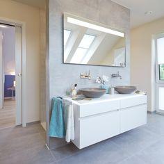 Badezimmer mit Vorwand für Waschtisch und Rückwand für die Dusche. Fliesen rechteckig an der Wand und am Boden. Zu finden zum Beispiel bei Emil On Square cemento. http://www.fliesenrabatte.de/fliesen/Emil-Ceramica-on-square-cemento.html #Fliesen #Badezimmer