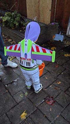 Erica Does It Herself: Buzz Lightyear Felt Wings Buzz Lightyear Kostüm, Buzz Lightyear Halloween Costume, Woody Costume, Homemade Superhero Costumes, Diy Halloween Costumes For Kids, Cute Halloween, Halloween 2018, Toy Story Party, Toy Story Birthday