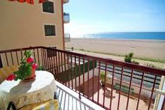 Bel appartement situé en face de la plage, offre une vue magnifique sur la mer
