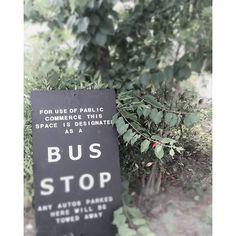 【fer.faire】さんのInstagramをピンしています。 《以前手書きで書いたこの看板、基地の入り口に置いてあるのですが…  昨日、軽トラのおじいちゃんがこの看板見て『ここは~止まるのか?』っと 😱😱 いろんな意味で驚きました‼ 『バス来るから~気をつけて』っと伝えておきました😊 #秘密基地#入り口#手書き#看板#ガーデングッズ#ガーデン#庭#森林#森林浴#森の#不思議じいちゃん#本物だったのか》