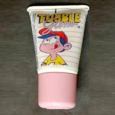 Le chewing gum en tube préféré des cours de récré dans les années 80. Perso je l'achetais à la boulangerie du coin et j'ai du m'enfiler pas mal de tubes... j'ai le goût chimique en bouche rien qu'avec la photo :) Les plus gourmands découpaient le tube pour pouvoir gratter le fond de chewing-gum. Il me semble que le Tubble Gum existait également au goût cola. Bizarrement, dans mon esprit, ça s'appelait LEO. Pas vous ? je crois que c'est le nom du personnage. La pub...