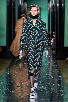 Erdem Fall 2020 Ready-to-Wear Fashion Show Collection: See the complete Erdem Fall 2020 Ready-to-Wear collection. Look 16 Fashion Week, Daily Fashion, High Fashion, Women's Fashion, Fashion Trends, Vogue Paris, Vintage Couture, Vogue Russia, Erdem