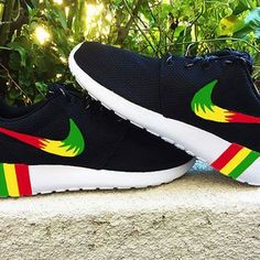 Nike Roshe Run custom design, Rasta from CustomSneakz on Etsy - reggaestyle New Nike Sneakers, Nike Shoes, Art Rasta, Rasta Man, Bob Marley, Teen Fashion, Fashion Shoes, Reggae Style, Rasta Colors