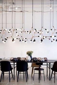 salle a manger chaises depareillees noires suspension menu franklin chandelier design lampe pendant lights