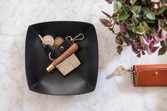 VIcus Pelle - handcrafted leather goods designed and crated in switzerland. Handmade leather tray. Valet tray for your entrance. Made out of vegetable tanned leather.
