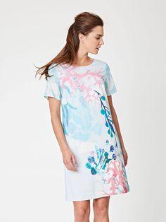 Chladivé letní šaty ze 100% tencelu s pastelovým potiskem korálů.