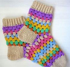 Warm, woolly socks in colourful granny stripes. Warm, woolly socks in colourful granny stripes. Crochet Baby Pants, Crochet Gloves, Crochet Slippers, Diy Crafts Crochet, Crochet Projects, Loom Knitting, Knitting Socks, Wool Socks, Crochet Slipper Pattern
