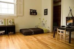 My younger sister is thinking of a Montessori inspired room for my niece. The Montessori way is a mattress on the floor so that the child . Montessori Baby, Montessori Bedroom, Futon Diy, Room Ideias, Baby Sleep Site, Futon Design, Home Decor, Floor Beds, Floor Mattress