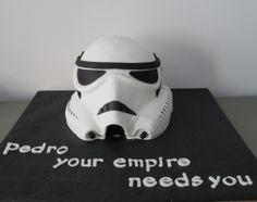 Tarta personalizada en 3 dimensiones como el casco de los Guerreros del impero de la guerra de las galaxias elaborada por TheCakeProject en Madrid.