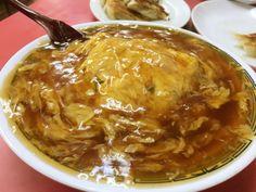 京都で地元の人から愛され続ける町中華の名店「マルシン飯店」を紹介します。ここの名物はなんといっても「天津飯」。白いご飯に玉子をのせ、その上から醤油ベースのとろみあんをたっぷりかけた一品です。これを目当てにやってくるファンも多いとか。ほかにも、異なる味わいの餃子2種やチャーハン、日替わり定食など何を食べても美味しいお店です。京都観光に行った際には、和食だけでなく、マルシン飯店もおすすめですよ。(祇園のグルメ・中華) Snack Recipes, Healthy Recipes, Looks Yummy, Restaurant Recipes, Desert Recipes, Food Design, Japanese Food, Asian Recipes, Food And Drink
