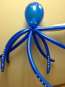This wacky, wall-walking balloon octopus would look great in any color. The circle suckers on his arms are adhesive hole reinforcements for punched paper. Sea Crafts, Bible Crafts, Vbs 2016, 2017 Vbs, Underwater Crafts, Submerged Vbs, Round Balloons, Under The Sea Theme, Sunday School Crafts