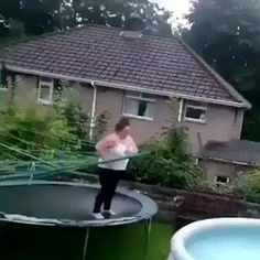 Trampoline jump to pool Best Trampoline, Backyard Trampoline, Funny Images, Funny Pictures, Video Humour, Gif Humour, Stupid People, Funny Fails, Funny Moments