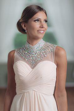 Yksinkertaisen puvun yläosaan voi lisätä strasseilla tai pitsillä ihan uuden kappaleen ja antaa mekolle erilaisen ilmeen.  Mecco Vanhojentanssipuku VT10058
