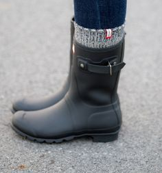Hunter Boots for winter with socks for extra warmth! 57 Flawless Casual Style Shoes For Your Perfect Look This Summer – Hunter Boots for winter with socks for extra warmth! Botas Outfit, Cute Shoes, Me Too Shoes, Short Rain Boots, Short Hunter Boots, Hunter Winter Boots, Rain Boots Style, Black Hunter Rain Boots, Boots For Winter