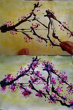 Encre soufflée et peinture rose avec Q-tips.
