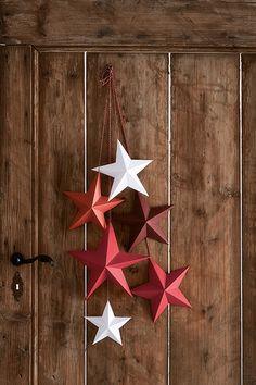 Le stelline origami, elemento decorativo facile ed elegante, possono dare un accento natalizio anche alla tavola, a una parete, ai vetri della finestra. come fare: pag. 76