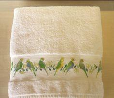 Drap de bain 70x140 brodé main perruches au point de croix : Textiles et tapis par emilie-broderie / Alittlemarket.com