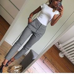 White fitted top Black and white slacks - Mode - Outfit Casual Work Outfits, Mode Outfits, Work Casual, Casual Work Clothes, Fashionable Outfits, Casual Work Outfit Winter, Casual Fall, Simple Outfits, Women's Casual