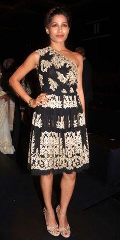 FREIDA PINTO    El diseñador indio Naeem Khan presentó su próxima colección en Numbai, y su invitada de honor fue su compatriota Freida Pinto, quien lució un vestido asimétrico con bordados y encaje, de la colección Otoño 2013 de Khan, y zapatillas Jimmy Choo doradas con detalles en encaje.
