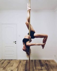 Nagość i Pole Dance Pole Fitness, Pole Dancing Fitness, Barre Fitness, Fitness Exercises, Pole Dance Moves, Dance Poses, Pole Sport, Poses Photo, Yoga Benefits