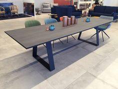 Les tables en dessus céramique sont fabriquées dans nos ateliers à vos mesures avec ou sans allonges. La céramique est inrayable et ne tache pas, il n'est pas necessaire de mettre une nappe, seul... Dinning Table, Dining Room, Loft Design, Ping Pong Table, Wood, Kitchen, Furniture, Tables, Home Decor