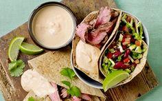 Tortillas med bønnesalat, flanksteak og skyr Skønne farver og skøn smag - sundt og nemt....så er det bare at gå ombord i disse mexicansk inspirerede fyldte tortillas.
