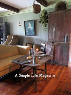 Summer 2015 issue: The NY home of John & Kathleen Copeletti. Primitive Living Room, Primitive Homes, Primitive Furniture, Country Furniture, Country Primitive, Prim Decor, Country Decor, Primitive Decor, Country Living