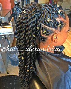 Box braids in braided bun Tied to the front of the head, the braids form a voluminous chignon perfect for an evening look. Box braids in side hair Placed on the shoulder… Continue Reading → Summer Hairstyles, Girl Hairstyles, Black Hairstyles, Gorgeous Hairstyles, American Hairstyles, Holiday Hairstyles, Hairstyles 2018, Pelo Rasta, Curly Hair Styles
