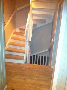 Hvitmalt #trapp med detaljer i #eik og #hvitt.